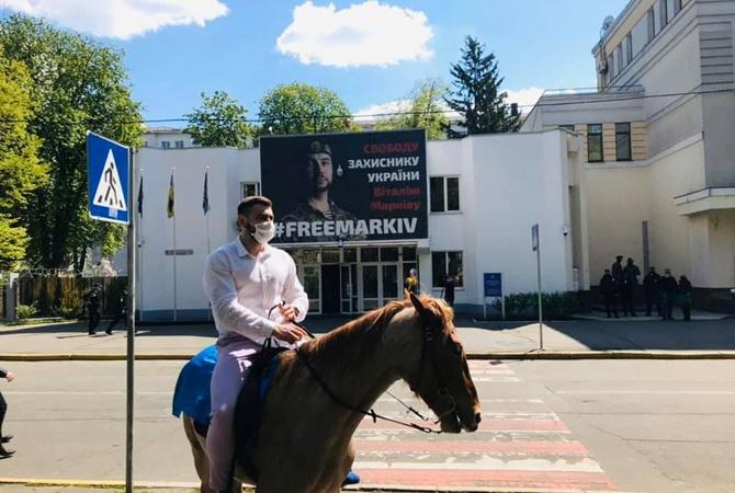 """Пловец из Гидропарка"" приехал к Авакову на коне"