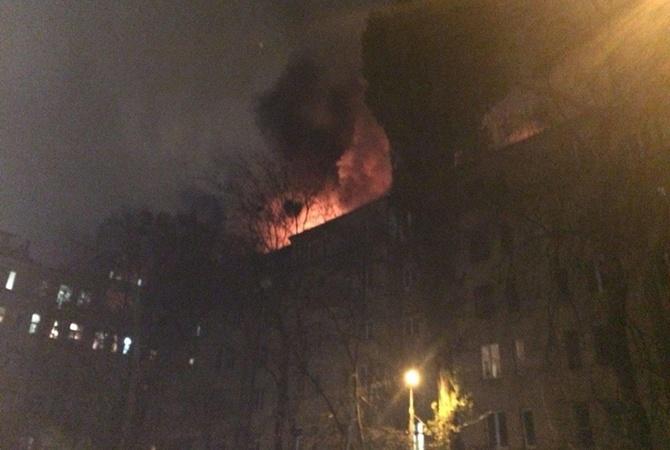 В Киеве горит крыша многоэтажного дома: эвакуировано 40 человек