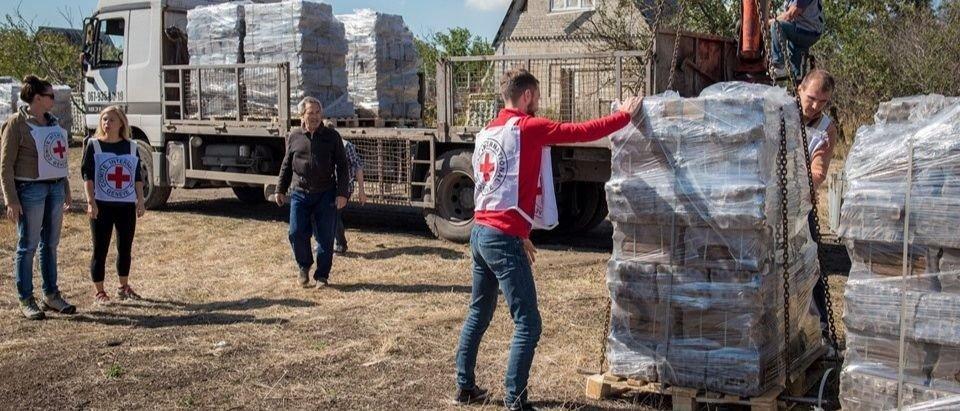 Прифронтовое Водяное: Красный Крест привез жителям топливные брикеты