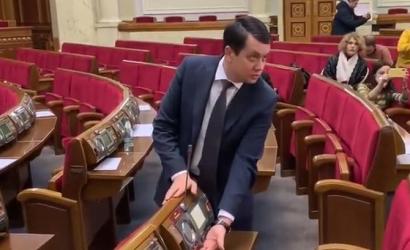 Разумков ознакомил журналистов с работой сенсорной кнопки в сессионном зале
